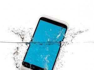 4b0cO-que-fazer-quando-o-celular-cai-na-gua